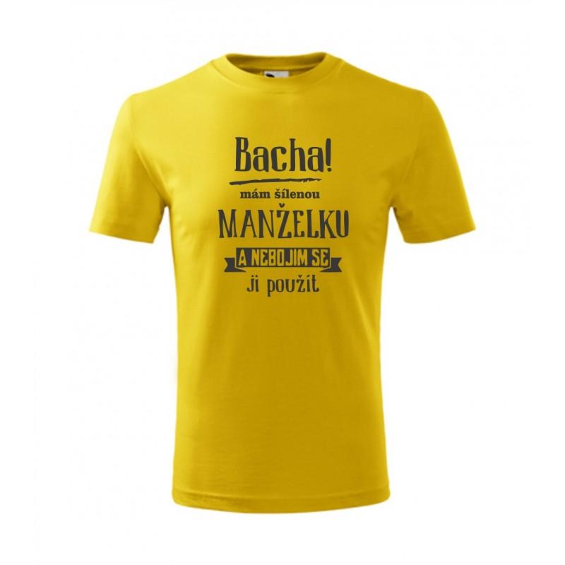 Pánské vtipné dárkové tričko  Bacha! Mám šílenou manželku a nebojim se ji  použít. Pánské vtipné dárkové tričko ... 6a3b7eae74